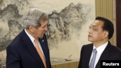 U.S. Secretary of State John Kerry (L) speaks with Chinese Premier Li Keqiang at the Zhongnanhai Leadership Compound in Beijing, China, May 16, 2015.