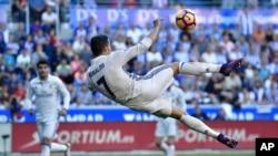 Cristiano Ronaldo, du Real Madrid, fait une bicyclette lors du match de football espagnol de la Liga entre le Real Madrid et le Deportivo Alaves, au stade Mendizorroza, à Vitoria, Espagne, 29 octobre 2016.