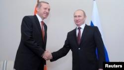 俄罗斯总统普京(右)会见土耳其总理埃尔多安(2013年11月22日资料照片)