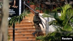 Кенийский солдат выходит из главного подъезда торгового центра Westgat. Найроби. 22 сентября 2013 г.
