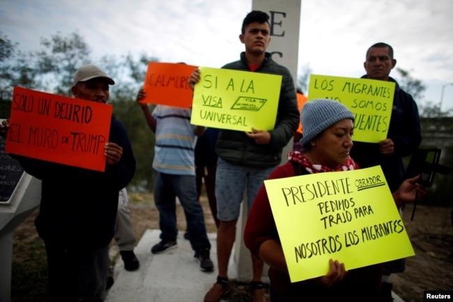 inmigrantes centroamericanos protestan en el cruce fronterizo de Reynosa-McAllen antes de la llegada del presidente Donald Trump a la región fronteriza de Texas. Reynosa, estado de Tamaulipas, México, enero 10 de 2019.