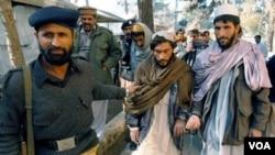 Polisi Pakistan bersama perwakilan dari kelompok Taliban Pakistan (foto: dok).