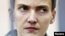 Phi công quân sự Ukraine Nadezhda Savchenko trong một phiên tòa ở Moscow, Nga hôm 06/5/2015.