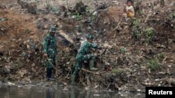 Para anggota TNI terlibat dalam program pembersihan Sungai Citarum di Bandung Selatan, Jawa Barat. (foto: ilustrasi/Reuters)