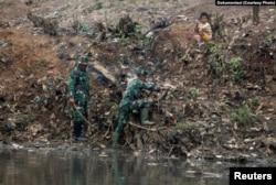Para anggota TNI terlibat dalam program pembersihan Sungai Citarum di Bandung Selatan, Jawa Barat. (Reuters)