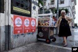 """Ѓевреци и референдум: улична продавачка во Солун до постери со текст """"НЕ за предлогот на Европската унија, Меѓународниот монетарен фонд и Европската централна банка"""""""