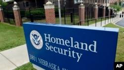 Kantor Departemen Keamanan Dalam Negeri AS di Washington DC (foto: dok). Pejabat pemerintah AS mengatakan bahwa para peretas asing telah serangan dunia maya terhadap sistem registrasi pemilih AS di lebih dari 20 negara bagian.