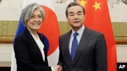 강경화 한국 외교장관(왼쪽)과 왕이 중국 외교부장은 22일 중국 베이징 댜오위타이 국빈관에서 양자회담을 가졌다.
