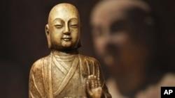 Patung dari Dinasti Tang, yang dihormati oleh masyarakat Tiongkok karena pencapaian budaya dan sains, dan sekarang namanya dipakai untuk Hadiah Nobel versi Asia. (AP/Sang Tan)