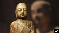 唐代佛门弟子的大理石雕像(资料照片)