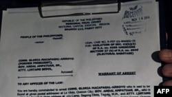 Trát bắt cựu tổng thống Arroyo được đưa ra cho giới truyền thông xem tại Trung tâm Y khoa St. Luke ở Manila, hôm 18/11/11