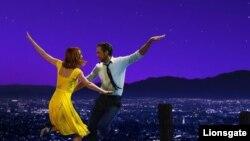 """Une scène du film """"La La Land"""" avec Emma Stone et Ryan Gosling."""