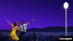 """Emma Stone y Ryan Gosling protagonizan """"La La Land"""", la película con más nominaciones a los premios de la Asociación de Periodistas Extranjeros de Hollywood, los Globos de Oro."""