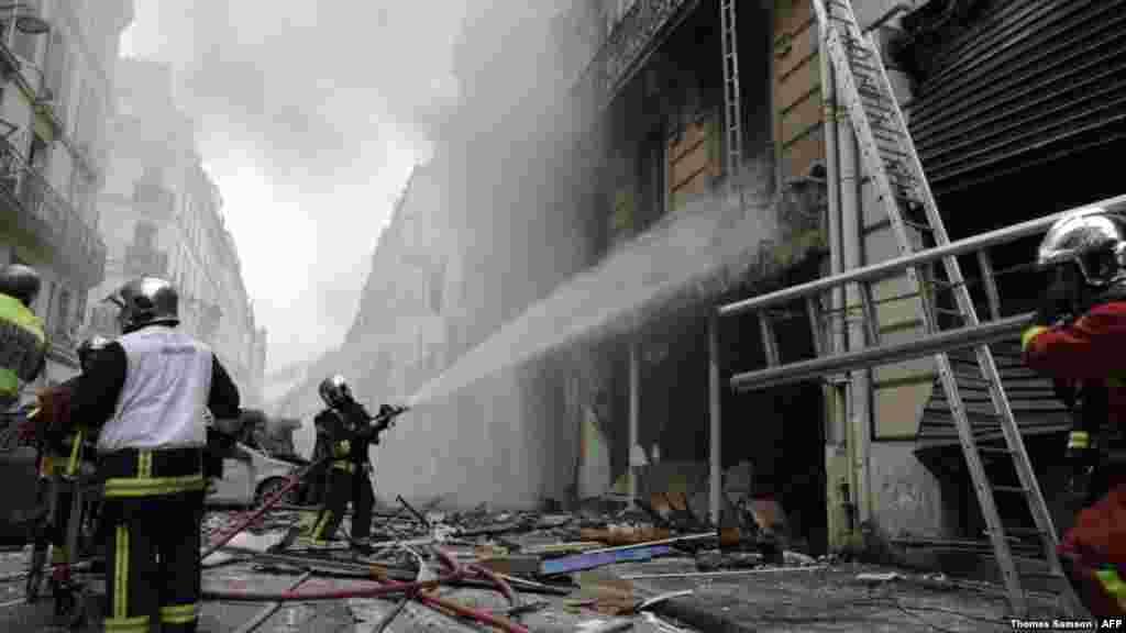 تلاش آتشنشان ها برای مهار آتش ساختمانی در پاریس. انفجار در یک نانوایی دستکم چهار کشته برجای گذاشت.