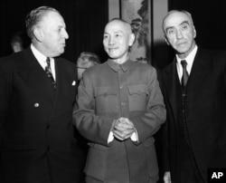 歷史照片:中華民國領導人蔣介石和美國大使司徒雷登(右)在南京。 (1948年12月16日)