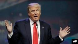"""دونالد ترامپ که در کنفرانس صنعت نفت در داکوتای شمالی سخن میگفت، همچنین وعده داد خط لوله نفت """"کی استون"""" را از سر بگیرد."""