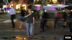 香港行為藝術家杜躍藉街頭表演喚起公眾繼續關注李旺陽事件