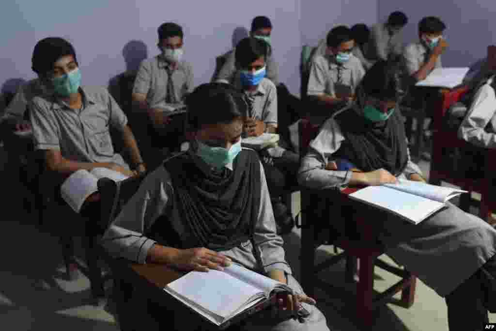 کراچی سمیت سندھ بھر میں نویں تا بارھویں جماعت کے طلبہ کے لیے تعلیمی ادارے 15 ستمبر کو کھل گئے تھے۔ ان میں معمول کے مطابق تدریس جاری ہے۔