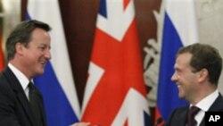 기자회견을 갖는 메드베데프 러시아 대통령(우)과 카메론 영국 총리