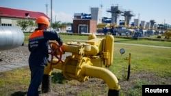 Công nhân làm việc tại một cơ sở dự trữ khí đốt gần thành phố Striy, Ukraine. Nga nói công ty xuất khẩu Gazprom sẽ không cung cấp khí đốt cho Ukraine trong tháng 6 nếu Ukraine không thanh toán trước, và cảnh báo rằng việc này có thể ảnh hưởng đến khách hàng châu Âu mua khí đốt thông qua ống dẫn khí Ukraine