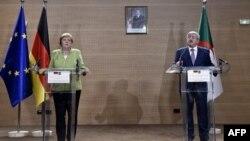 La chancelière allemande Angela Merkel et le Premier ministre algérien Ahmed Ouyahia donnent une conférence de presse commune, à Alger, le 17 septembre 2018.