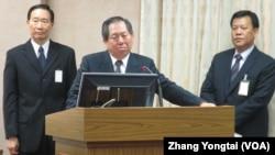 台湾国安局长蔡得胜(中)于3月10号在立法院接受质询(美国之音张永泰拍摄)