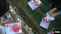 روشن کردن شمع برای همدردی با ستایش، دختر کشته شده افغان؛ تجمعی که با حمله نیروی انتظامی برهم خورد