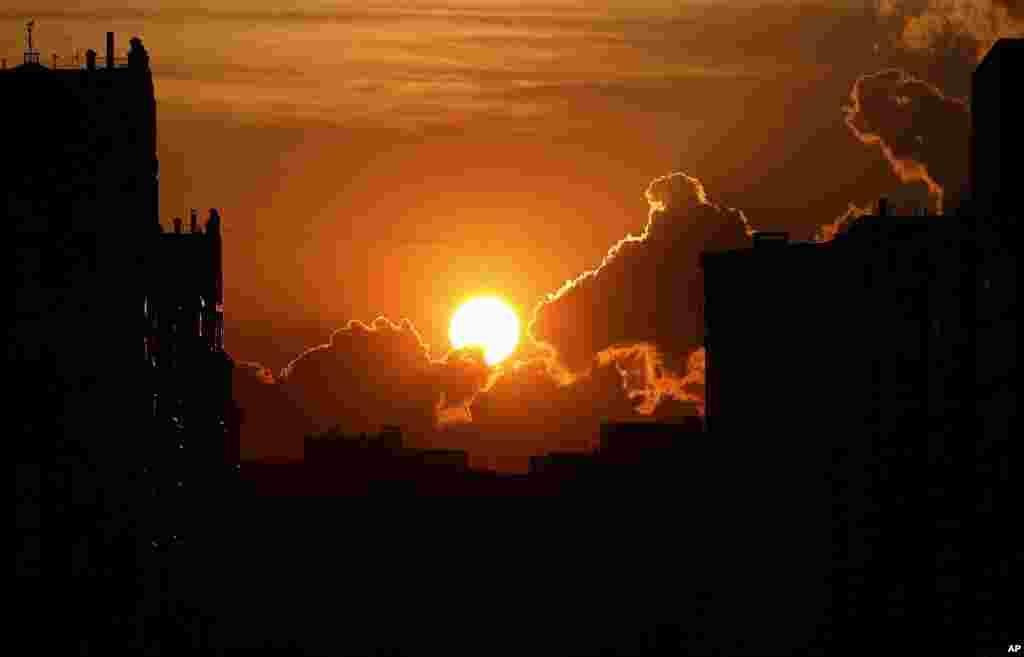 غروب آفتاب در کازان روسیه. کازان یکی از شهرهای میزبان جام جهانی ۲۰۱۸ است که یک دیدار ایران نیز در آن برگزار شد.