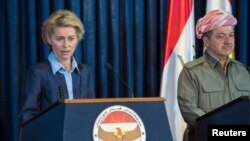 Menhan Jerman Ursula von der Leyen dan Pemimpin Kurdi di Irak Masoud Barzani (kanan) dalam konferensi pers bersama di Arbil, utara Baghdad, 25 September 2014 (REUTERS/Maja Hitij/Pool)