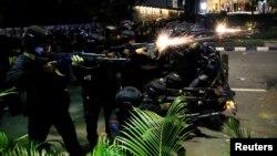 Anggota Brimob menembakkan senjata saat aksi demonstrasi 22/5 Mei di Jakarta. (Foto: Willy Kurniawan/Reuters). Temuan Kontras, polisi merupakan pelaku penyiksaan terbanyak sepanjang Juni 2018 hingga Mei 2019.