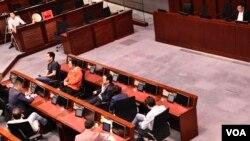 多名建制派議員進入會議室後,將座椅背向民主派選出的法案委員會主席涂謹申。(美國之音湯惠芸)