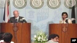 حنا ربانی کھر نے اپنے برطانوی ہم منصب ولیم ہیگ کے ہمراہ اسلام آباد میں پریس کانفرنس کی