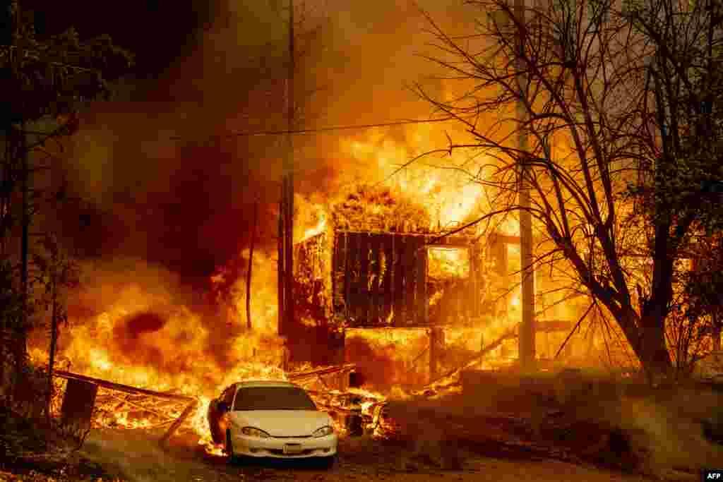 آگ کے نتیجے میں اب تک 400 مکانات تباہ ہوئے ہیں۔