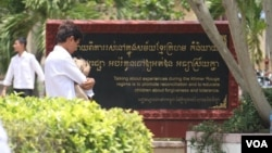 "Inscriptions on a memorial at Toul Tom Poung High School, in Phnom Penh, encourage students to talk with victims of the regime, ""to promote reconciliation and to educate children about forgiveness and tolerance."" (Photo by Sou Pisen/VOA Khmer)"