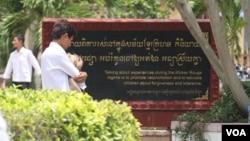 ពាក្យស្លោកដែលបានដាក់នៅក្នុងវិទ្យាល័យទួលទំពូង ក្នុងទីក្រុងភ្នំពេញ ដើម្បីលើកទឹកចិត្តសិស្សានុសិស្ស ឲ្យនិយាយជាមួយជនរងគ្រោះក្នុងរបបខ្មែរក្រហម «និយាយពីការរស់នៅក្នុងសម័យខ្មែរក្រហម គឺនិយាយពីការផ្សះផ្សារ អប់រំកូនចៅឲ្យអត់ឱន អធ្យាស្រ័យគ្នា»។ (ស៊ូ ពិសែន/VOA Khmer)