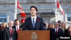 جاستین ترودو، صدر اعظم جدید کانادا بعد از مراسم تحلیف به جمعیت حاضر بیرون سالون ریدیو سخنرانی می کند.