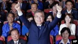 El candidato presidencial surcoreano Moon Jae-in celebra el triunfo en las elecciones de este martes.