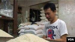 Di bulan Ramadan, harga sembako termasuk beras terus melambung (foto: dok).