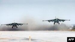 Российские штурмовики Су-25 взлетают с авиабазы Хмеймим в Сирии