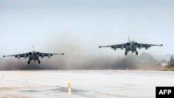 هواپیماهای جنگی روسیه از فرودگاهی در سوریه بلند می شوند