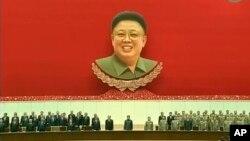 北韓領導人金正恩(中)主持紀念他的父親金正日去世兩週年的活動