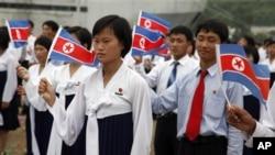 지난 2011년 8월 북한 라선 경제특구에서 중국인 방문객들을 위한 환영행사에 동원된 북한 주민들. (자료사진)