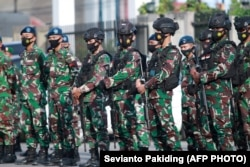 Sejumlah tentara Indonesia yang dikerahkan untuk mengamankan malam Idulfitri di Timika, Papua, 12 Mei 2021. (Foto: Sevianto Pakiding/AFP)