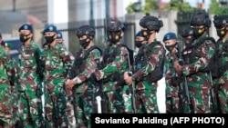 Sejumlah tentara Indonesia saaat bertugas mengamankan malam Idulfitri di Timika, Papua, 12 Mei 2021. (Foto: Sevianto Pakiding/AFP)