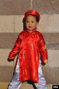 Em bé trong trang phục áo dài đón Tết tại trung tâm thương mại Eden của người Việt ở bang Virginia. (Hình: Trà Mi)
