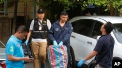 Polisi Thailand membawa barang bukti di sebuah apartemen di pinggiran kota Bangkok, Sabtu, 29 Agustus 2015.