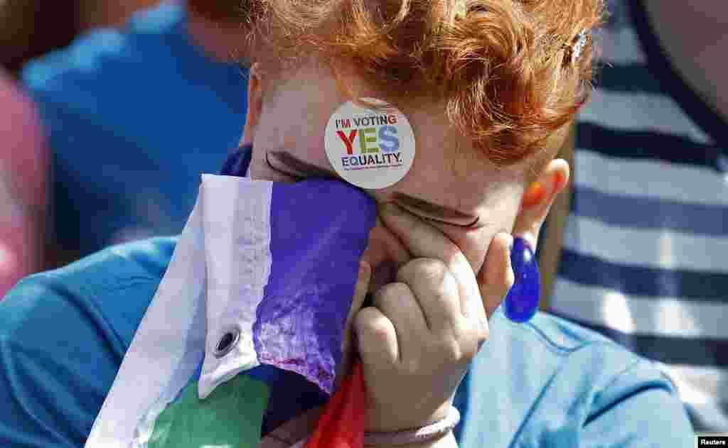 Seorang pendukung pernikahan sesama jenis bereaksi di Kastil Dublin, Irlandia (23/5). (Reuters/Cathal McNaughton)