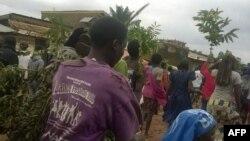 Les habitants des quartiers périphériques du centre-ville fuient après une attaque meurtrière à la machette, à Beni, Nord-Kivu, 15 août 2016.