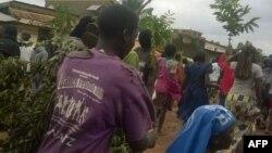Les habitants des quartiers périphériques du centre-ville fuient après une attaque meurtrière à la machette, à Beni, Nord-Kivu, le 15 août 2016.