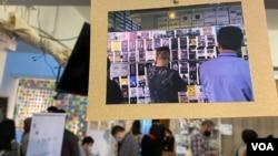 """多名香港年轻人趁圣诞长假期举办""""连侬说""""展览及圣诞市集,重现部分去年反送中运动连侬墙的面貌,由义工诉说连侬墙背后的故事 (美国之音/汤惠芸)"""